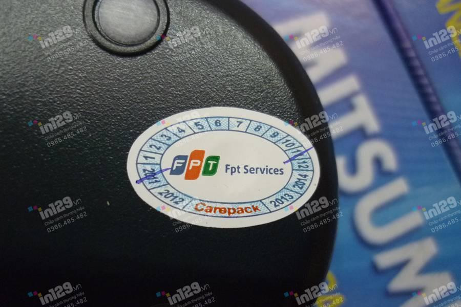 Tem bảo hành dạng vỡ hình chữ nhật được dán lên sản phẩm do FPT phân phối và sản xuất